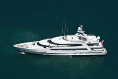Grand yacht privé de moteur Photographie stock libre de droits
