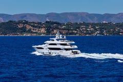 Grand yacht privé de moteur en mer Photos stock