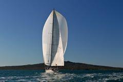 Grand yacht sous la pleine voile Photo stock