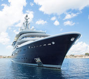 Grand yacht superbe ou méga de luxe de moteur en mer bleue images libres de droits