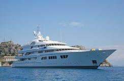 Grand yacht superbe ou méga de luxe de moteur en mer bleue Photo stock