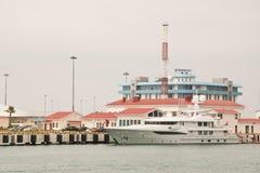 Grand yacht sur le fond du bâtiment de Rosmorport Sotchi Photo stock