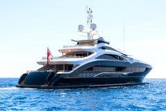 Grand yacht, vue arrière, voiles dans la mer ouverte image libre de droits