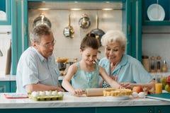 Grandad, γιαγιά και το παιδί τους στοκ φωτογραφία
