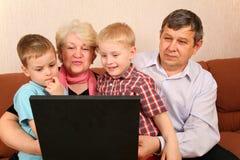 grandchildremorföräldrar arkivfoto