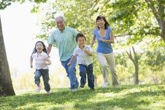 grandchildren grandparents running Στοκ εικόνα με δικαίωμα ελεύθερης χρήσης