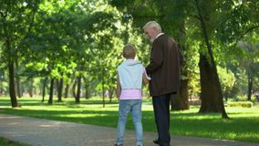 Granddad που περπατά με τον εγγονό, εμπειρία μετοχών, εκπαίδευση της νέας γενιάς φιλμ μικρού μήκους
