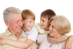 Granddad och granny med deras förtjusande barn royaltyfri fotografi