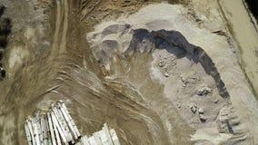 Grande área de demolição - maquinaria dos restos e de construção, escavadora video estoque