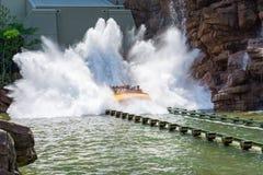 Grande éclaboussure de tour de l'eau de Jurassic Park Photographie stock libre de droits