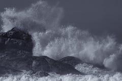 Grande éclaboussure de vague, dans le bleu photo libre de droits