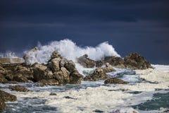 Grande éclaboussure se brisante orageuse dramatique de vagues Kleinmond, le Cap-Occidental, Afrique du Sud photos libres de droits