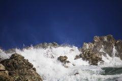 Grande éclaboussure se brisante orageuse dramatique de vagues Kleinmond, le Cap-Occidental, Afrique du Sud photographie stock libre de droits