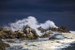 Grande éclaboussure se brisante orageuse dramatique de vagues Kleinmond, le Cap-Occidental, Afrique du Sud images libres de droits