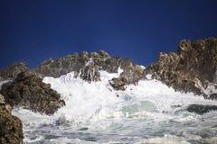 Grande éclaboussure se brisante orageuse dramatique de vagues Kleinmond, le Cap-Occidental, Afrique du Sud photos stock