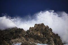 Grande éclaboussure se brisante orageuse dramatique de vagues Kleinmond, le Cap-Occidental, Afrique du Sud images stock