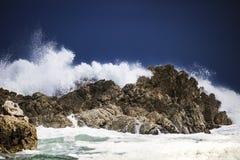 Grande éclaboussure se brisante orageuse dramatique de vagues Kleinmond, le Cap-Occidental, Afrique du Sud image stock