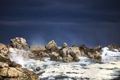 Grande éclaboussure se brisante orageuse dramatique de vagues Kleinmond, le Cap-Occidental, Afrique du Sud image libre de droits