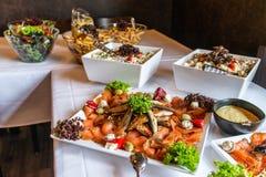 Grande éclisse délicieuse avec le bifteck fishbody et saumoné complet avec des légumes sur la vue supérieure blanche de table de  photographie stock
