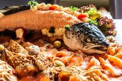 Grande éclisse délicieuse avec le bifteck fishbody et saumoné complet avec des légumes sur la vue supérieure blanche de table de  photos libres de droits