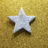 Grande étoile argentée à l'arrière-plan brillant d'or jaune images libres de droits