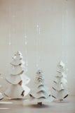 Grande abete grigio fatto di feltro e di lana Composizione in Natale con la decorazione su fondo bianco Stile scandinavo fotografia stock