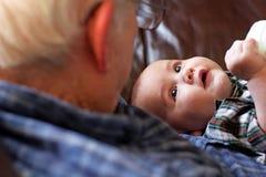 Grande-abuelo que detiene al bebé Fotos de archivo