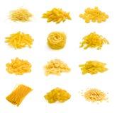 Grande accumulazione di pasta italiana su bianco Immagini Stock