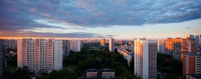 Grande alba di panorama di estate sopra la città Mosca Russia Immagine Stock