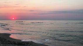 Grande alba in mare mare calmo e calmo sera adorabile sulla spiaggia stock footage
