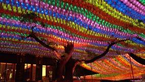 Grande albero decorato con le lanterne variopinte in tempio buddista di Jogyesa, Seoul, Corea del Sud archivi video