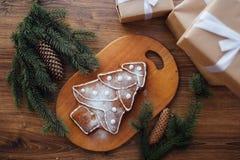 Grande albero di Natale al forno che si trova sulla tavola Fotografia Stock Libera da Diritti