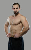 Grande allenamento Ritratto del culturista professionale muscolare e Fotografia Stock