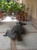 Grande alligatore falso sul patio Immagine Stock Libera da Diritti