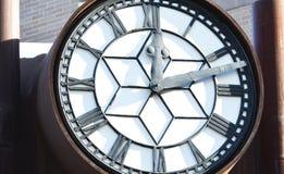 Grande allocation des places d'horloge au centre de la ville d'Edmonton Image stock