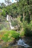 Grande alta cascata che viene dalla montagna Fotografia Stock