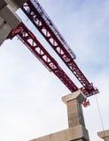 Grande alta gru sulla colonna concreta Fotografie Stock Libere da Diritti
