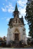 Grande altamente decorato ha scolpito la tomba di pietra della famiglia con le forti porte di legno chiuse a chiave con il lucche fotografia stock