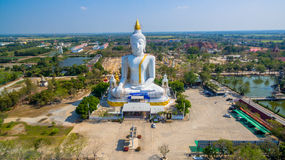 grande altezza bianca di Buddha nel campo Fotografia Stock Libera da Diritti