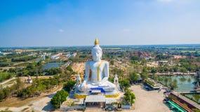 grande altezza bianca di Buddha nel campo Immagine Stock