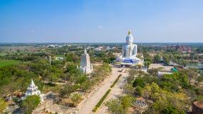 grande altezza bianca di Buddha nel campo Fotografia Stock