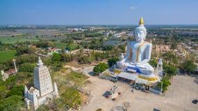 grande altezza bianca di Buddha nel campo Immagini Stock