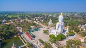 grande altezza bianca di Buddha nel campo Fotografie Stock Libere da Diritti