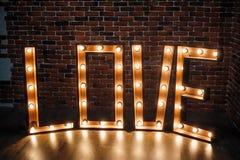 Grande AMOR iluminado das letras no estúdio Imagem de Stock