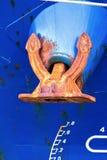 Grande ancora sull'arco di una nave del asciutto-carico di un colore blu Fotografia Stock