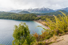 Grande angostura cercana del la del chalet de Lago Espejo en la provincia de Neuquen, la Argentina Imagen de archivo libre de regalías