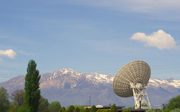 Grande antenne parabolique photo libre de droits