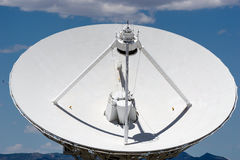 Grande antenne parabolique blanche photos libres de droits