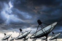 Grande antenne parabolique noire photo libre de droits