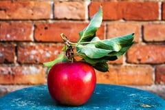 Grande Apple rosso maturo con le foglie verdi sulla tavola di legno d'annata. F Fotografie Stock